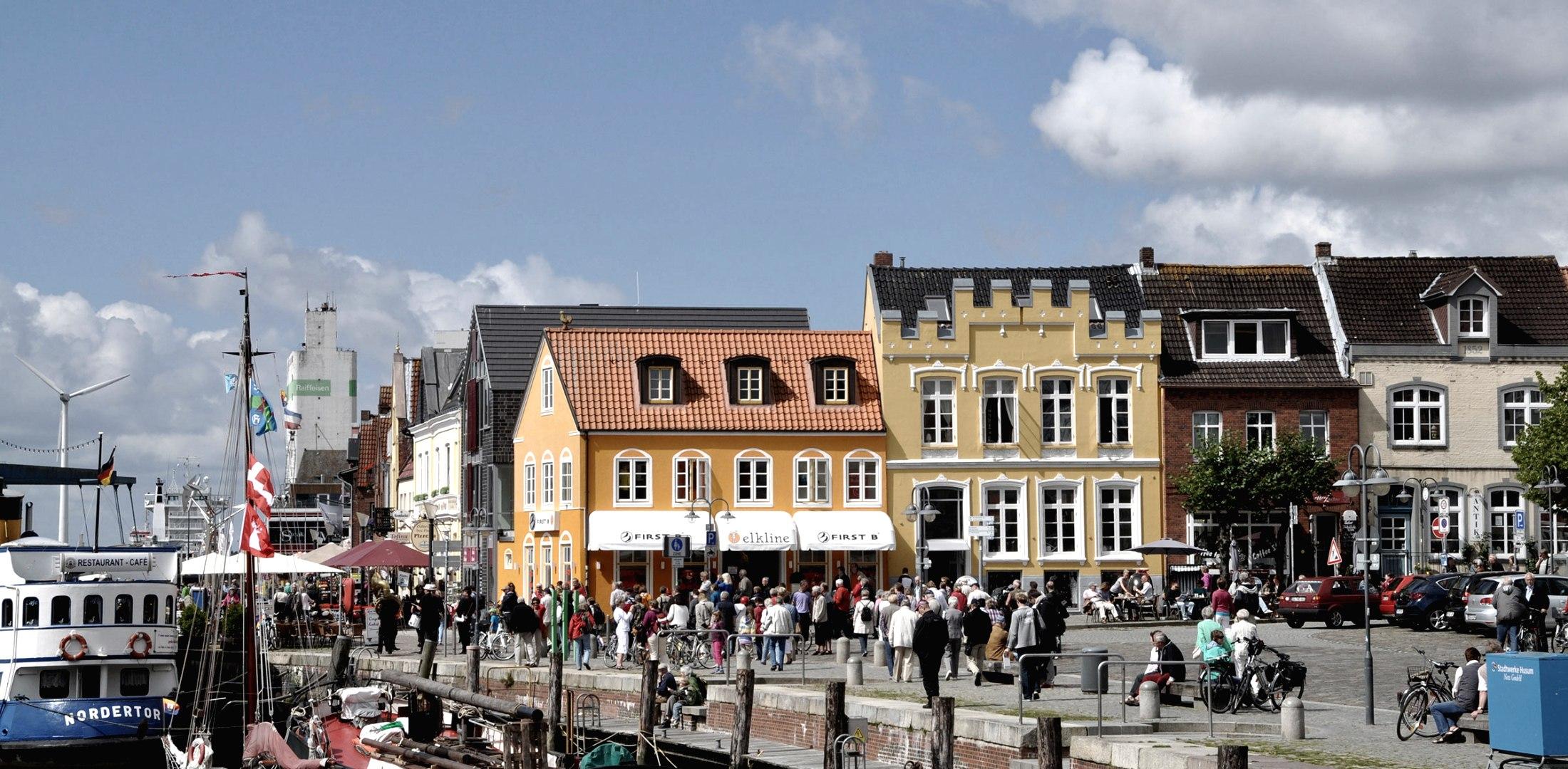 Husum Häuserzeile am Hafen, © Shutterstock